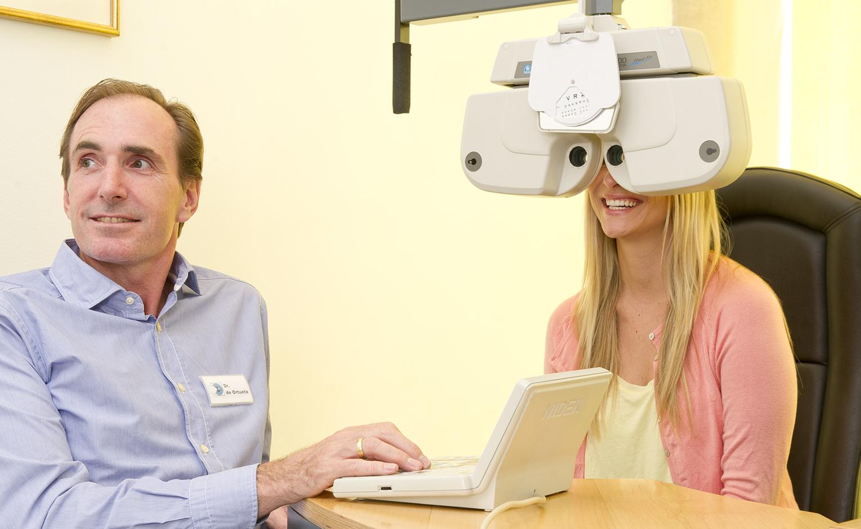 Augenarzt Dr. Diego de Ortueta und Patientin bei der Augenuntersuchung