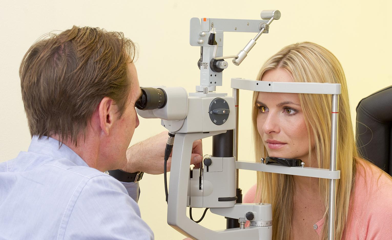 Augenarzt untersucht Patientin