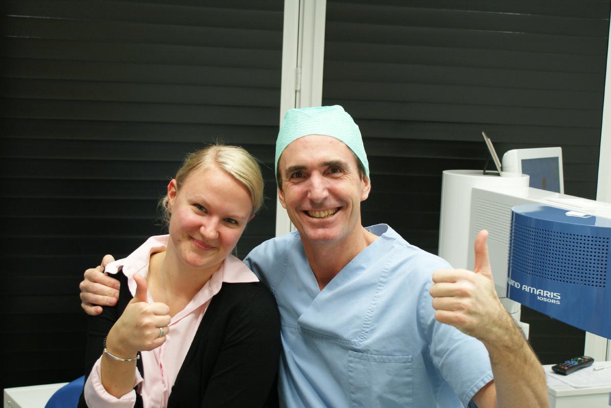 Augenarzt und Patientin heben den Daumen